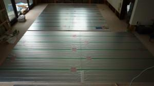 温水床暖房施工中1