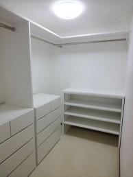 使いにくかった納戸に収納を設置し、使いやすいウォークインクローゼットに 目黒区M様邸