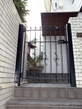 強風で壊れてしまった木製門扉のお取替え