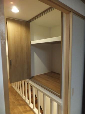 押入と階段スペースにクローゼットを造作