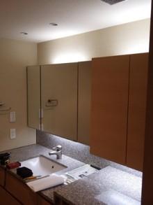 造作で洗面化粧台の吊戸棚を製作