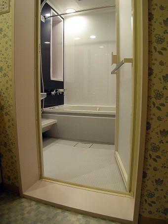 段差の少ない落ち着きのある浴室へ