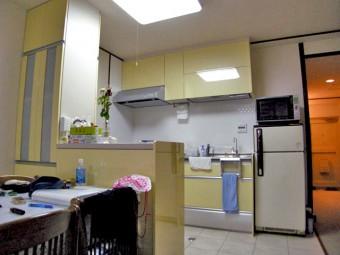 鮮やかな黄色で気持ちも明るくなるキッチンへ