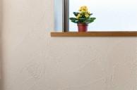 コルクの床と珪藻土の壁で快適