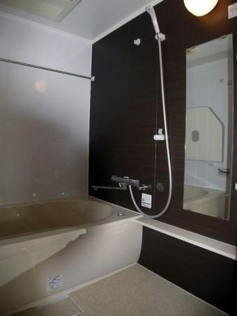 アクセントパネルで落ち着きのある浴室へ