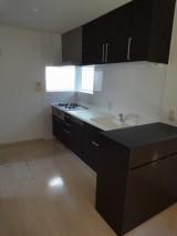 開放的キッチン、ヤマハのベリーとダイニング収納