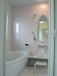 明るくシンプルな浴室