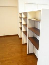 可動式の棚で本や小物を収納
