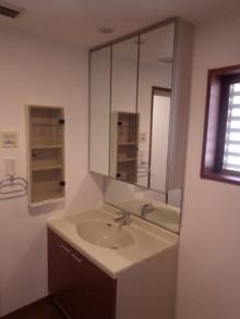 ダークウォールナットで落ち着いた浴室空間に