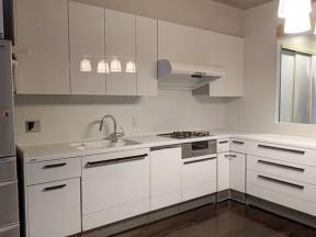 ホワイトで統一したスタイリッシュなキッチン