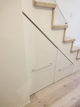 階段下のスペースを有効活用して収納を造作