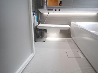 グレーで統一したスタイリッシュな浴室に TOTO シンラにお取替え