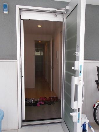 玄関にプリーツ網戸をお取り付け