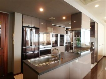 機能的で美しいオープンキッチンに