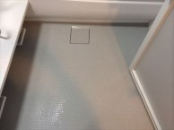 ブラックのアクセントパネルでシックな浴室に