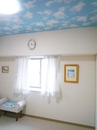 天井にアクセントクロスを施工して明るい洋室に