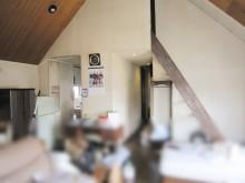 吹き抜け天井に木の梁で作ったオリジナル照明