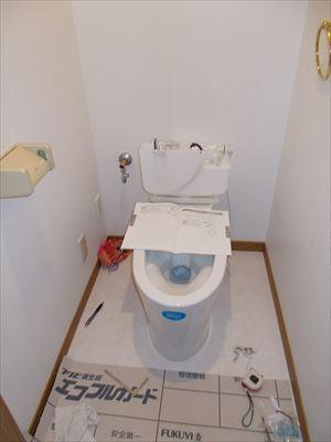 給水管やお掃除道具も隠れるスッキリトイレ