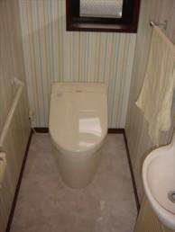 グリーンの壁紙で爽やかトイレに