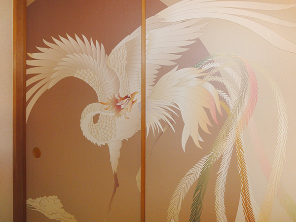 日本画の色彩世界に誘う個性溢れるリビングに