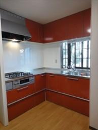 鮮やかな赤のキッチンでイメージチェンジ