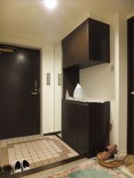 上部スペースを有効利用して玄関収納を設置