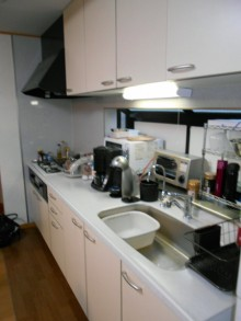 限られたスペースでも快適でコンパクトな対面キッチンに