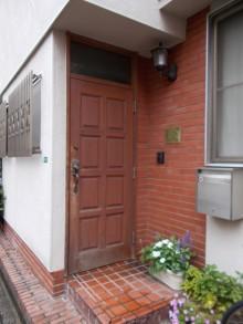 玄関ドアとタイルを変えてスタイリッシュな玄関まわりに