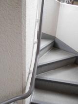 滑りやすい外階段も手すりをしっかり握って安全に