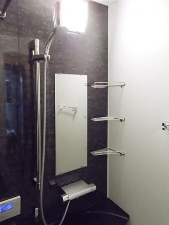 ブラックの落ち着いたバスルームにLIXILアライズ Zタイプ