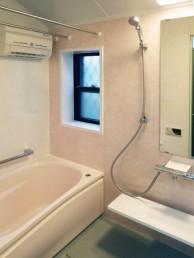 変形の浴室スペースも施工技術でシステムバスに