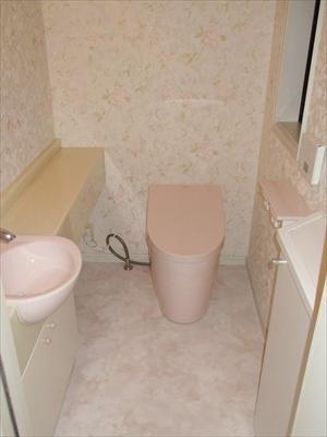 ピンクで統一した明るいトイレに
