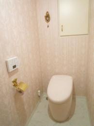 ピンクで明るく華やかなトイレに