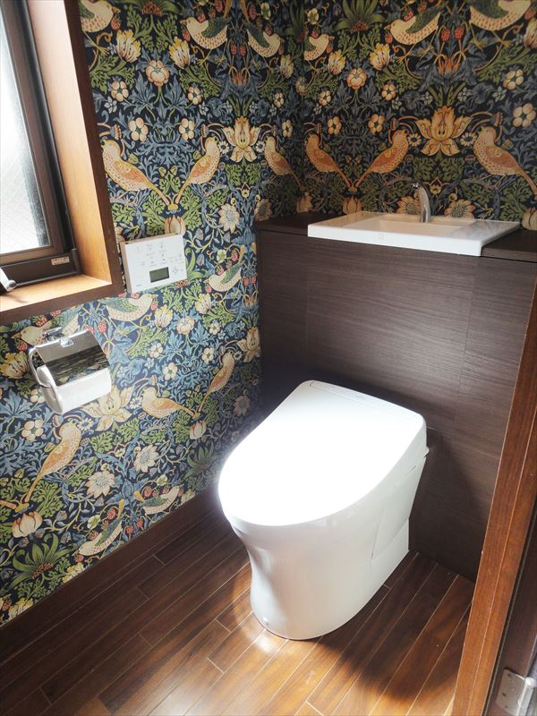 ウィリアム・モリスのクロスで上品なトイレに