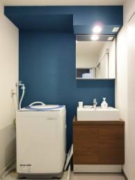 青のクロスが印象的な洗面室に