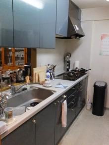ハーフミラーガラスでフラットで美しいキッチン空間に