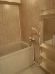 明るくシンプルで落ち着いたお風呂空間