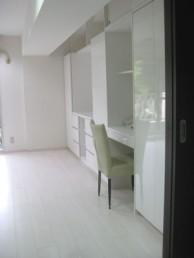 清潔感のある真っ白な壁面収納にリフォーム