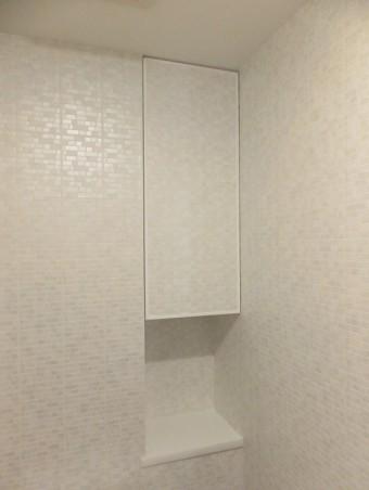 広々とした浴槽と壁のアクセントで、癒しの空間に